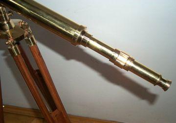 G großes teleskop fernrohr auf holz stativ stand teleskop