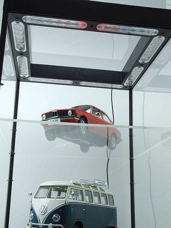 Vitrina con iluminación led y plato giratorio plata para automóviles modelo triple 9