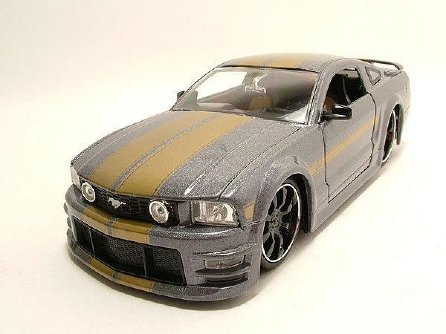 ford mustang gt 2006 grau metallic gold modellauto 1 24. Black Bedroom Furniture Sets. Home Design Ideas