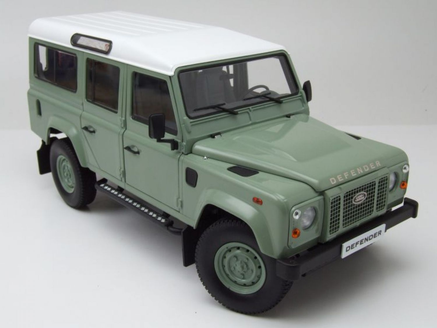 land rover defender 110 lhd gr n wei modellauto 1 18 dorlop ebay. Black Bedroom Furniture Sets. Home Design Ideas