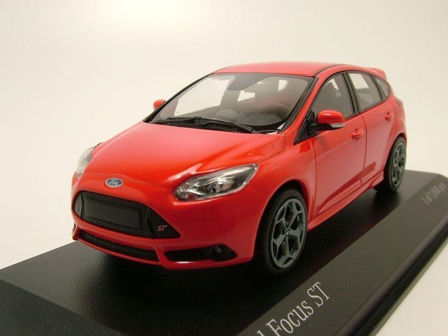 ford focus st 2011 rot modellauto 1 43 minichamps ebay. Black Bedroom Furniture Sets. Home Design Ideas