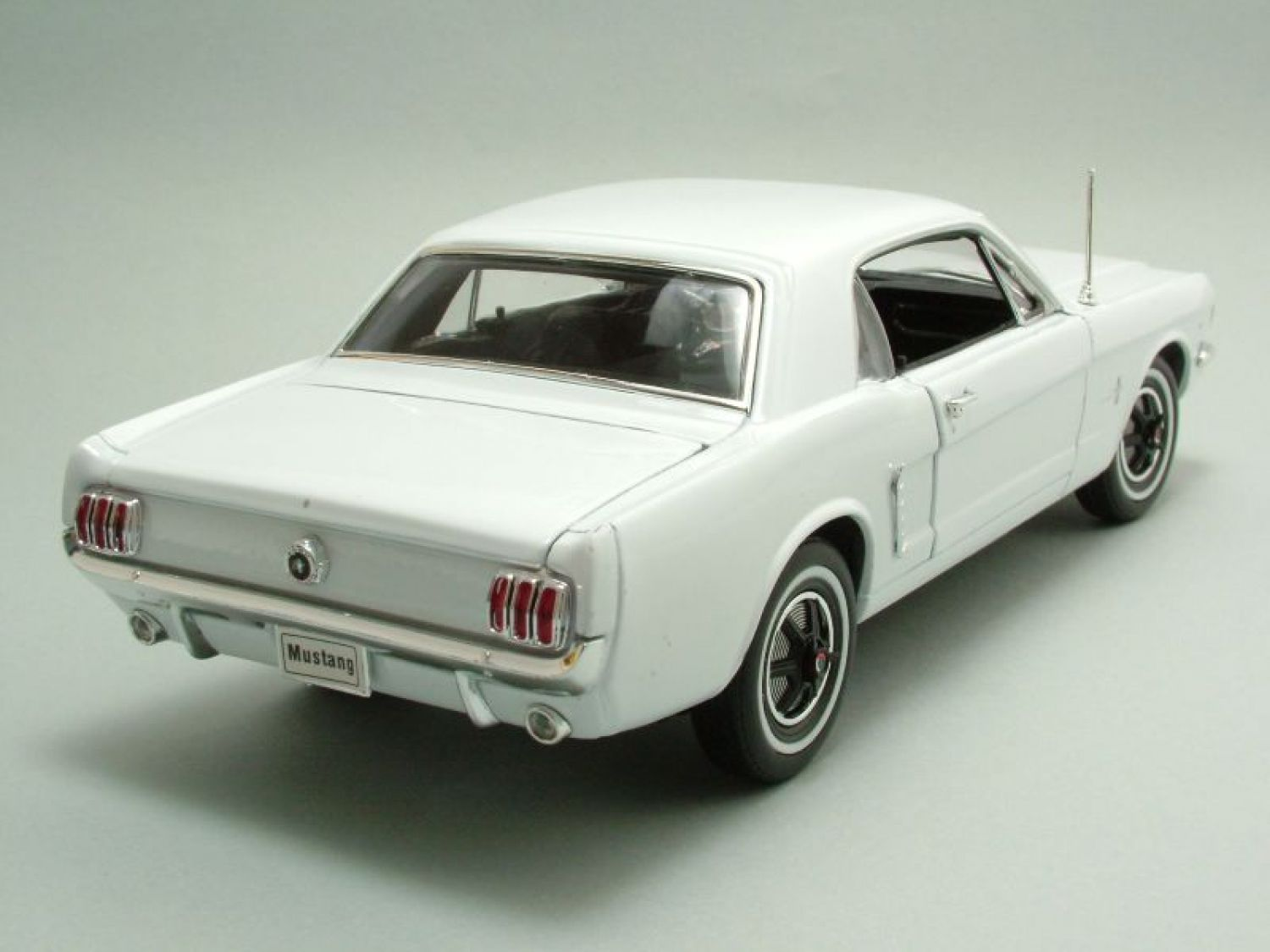 ford mustang coupe 1964 5 wei modellauto 1 18 welly. Black Bedroom Furniture Sets. Home Design Ideas